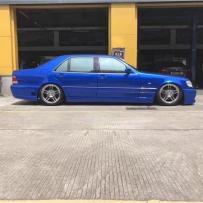 角度拍摄 奔驰W140换装气动避震以低姿态再现经典