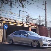 奔驰W212改装气动避震效果 如梦如幻的完美低姿态